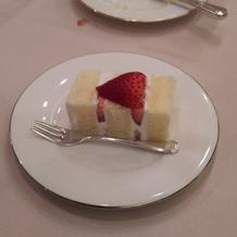 ウェディングケーキを切って提供されたもの
