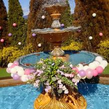 噴水はバルーンとお花で飾って可愛い