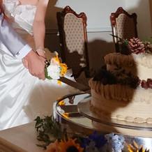 ケーキ入刀。ケーキの周りも素敵なお花達