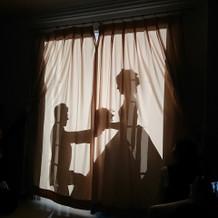 カーテンを使用した影の演出