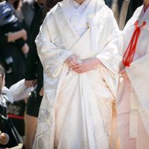 刺繍襟がより白無垢を華やかな印象に
