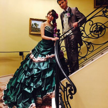 グリーンとブラウンのドレス