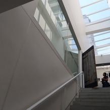 階段を登って式場にいきます。