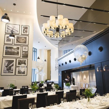 レストランは天井が高くてスタイリッシュ