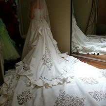 様々なタイプのドレスがあります。