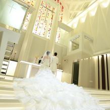 階段で綺麗にドレスの丈が広がります。