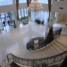 式場のロビーの階段