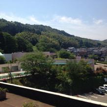 高台で季節によっては緑に囲まれます。