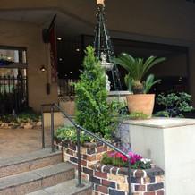 入り口前も季節によって飾りが変わります