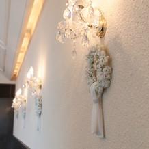 白い壁面に飾られた白いリース達