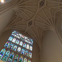 ステンドグラスと天井