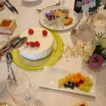 テーブルごとのケーキ作りです。