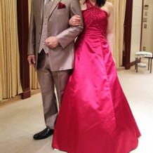 赤ドレスに合わせてタキシードを選ぶ