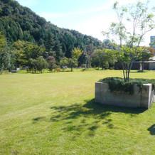 人前式で歓談ができる広い芝生