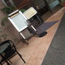 喫煙スペースは外にあります