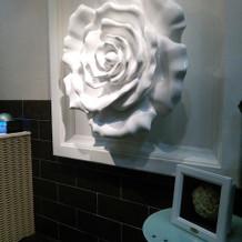 待合の白薔薇のモニュメント