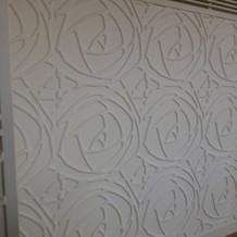 披露宴の白薔薇模様の壁
