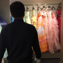 打ち合わせテーブルの裏には、ドレスが。