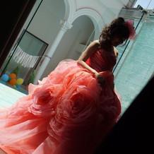 ふわふわでお腹も目立たずハデなドレス。