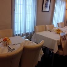 会食会場 テーブルの雰囲気