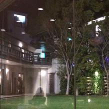 夜のガーデンから式場を見たところ
