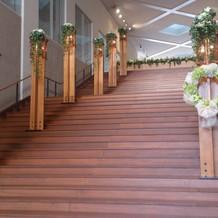 大階段で木で作られていて暖かい感じです。