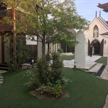 小庭を囲むようにして建物が建っています