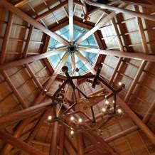 天井は高く吉野杉で温かな雰囲気
