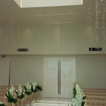 天井がシャンデリアでいっぱいでした。