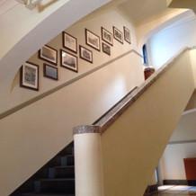 エントランスから伸びる階段