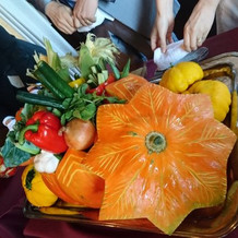 カラフルな野菜が詰まった大きなかぼちゃ