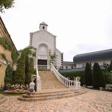 チャペル外観。大きな階段が特徴です。