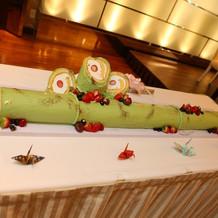 竹筒をイメージした長ーいロールケーキ