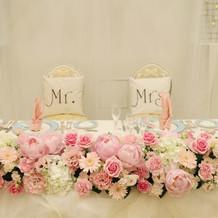 ピンクと白の装花、フワフワのチュール。
