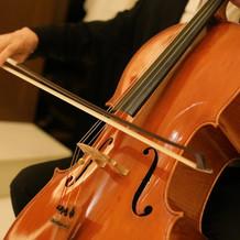 挙式では夢だったチェロの生演奏を。
