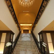 屋内のフラワーシャワーはこちらの階段で。