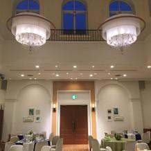 天井が高く開放感がありキレイ。