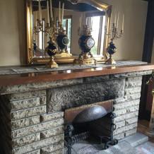昔使われてた暖炉もインテリアに
