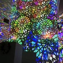 光の演出でステンドグラス