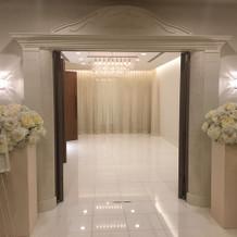 入り口も白で綺麗!