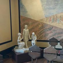 挙式場の壁には絵があり、置物もあります