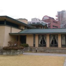 左側が挙式会場。建物の間が入口