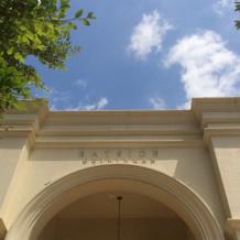 式場のロゴの入り口