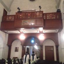 教会後方上部で演奏や歌を歌ってくれます。