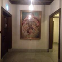 教会から入退場時見える絵画は重要ポイント