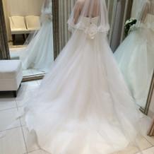 綺麗なラインのドレス。