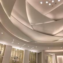 天井が、白いバラのモチーフです。