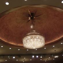 披露宴会場内は天井が可愛かったです!