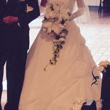 胸の花飾りはドレス付属。