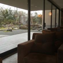 中庭は京都の庭師が設計した庭
